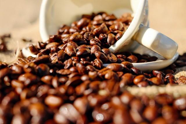TYCIE Picie kawy powoduje uczucie sytości. Często to uczucie sytości prowadzi do pominięcia posiłku lub przekąski, ale kiedy mija, żołądek jest pusty. To powoduje, że wiele osób przejada się przy następnym posiłku, ponieważ są tak głodni.