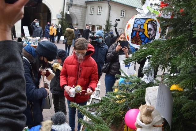 Konkurs rozpoczęto od udekorowania drzewka postawionego na dziedzińcu przed jasnogórską Bazyliką