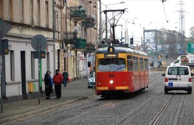 """Od 15 marca zamiast tramwajów linii nr 2 kursować będą tylko """"jedynki"""". Zamknięty dla ruchu wszelkich pojazdów zostanie m.in. fragment ul. Toruńskiej w Grudziądzu. Mapy objazdów, zmiany rozkładów jazdy autobusów MZK oraz rozkłady jazdy linii tymczasowych: autobusowej AT oraz tramwajowej nr 1, zamieszczamy na kolejnych slajdach."""