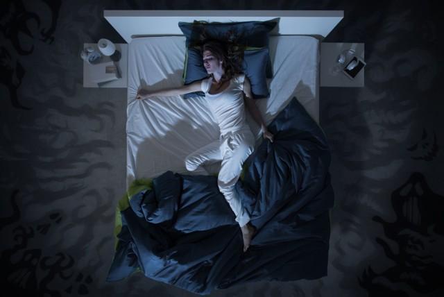 Prawidłowa higiena snu jest niezbędna do regeneracji organizmu i funkcjonowania układu hormonalnego. Niestety w dobie wszechobecnego pędu często zapominamy o tym, jak ważny jest regularny i wystarczająco długi sen. Może to skutkować rozwojem zaburzeń snu, które w większości przypadków negatywnie wpływają na jakość naszego życia. Wyróżnia się dwa podstawowe typy zaburzeń snu: dyssomnie oraz parasomnie. Pierwsze z nich charakteryzują się nieprawidłową ilością i jakością snu, natomiast drugie – występowaniem niepożądanych objawów podczas snu.