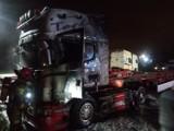 Pożar naczepy ciężarówki w Borkowie, gm. Pruszcz Gd. 8 zastępów straży ruszyło gasić ogień. W środku spał kierowca