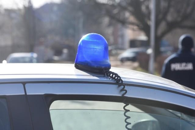 Zgierscy policjanci zatrzymali mężczyznę, który dewastował przystanek autobusowy w Ozorkowie. 35-latek przyznał, że się zdenerwował i w ten sposób chciał odreagować. Zatrzymany spędził noc w areszcie. Odpowie za uszkodzenie mienia, za co grozi kara do 5 lat więzienia.  W noc z niedzieli na poniedziałek zgierscy policjanci dostali zgłoszenie, że w Ozorkowie przy ulicy Zgierskiej jakaś osoba niszczy przystanek autobusowy.  Czytaj dalej