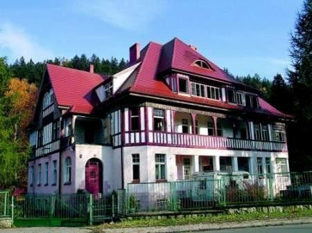 Fot: Auttor-Agencja Ten budynek jest przyczyną kłopotów byłego burmistrza Dusznik-Zdroju. Starostwo kłodzkie darowało go gminie na cele oświatowe