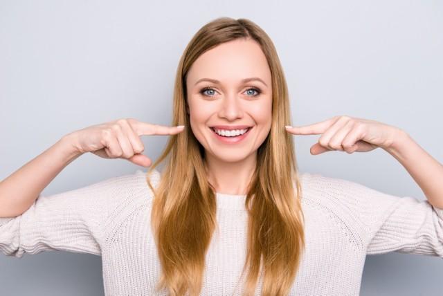 Często zdarza się, że ból może pojawić się w zupełnie innym miejscu, pozornie nie związanym z jego przyczyną. Kiedy migrena, angina lub ból karku mogą sygnalizować próchnicę lub uszkodzenie zębów?   Sprawdź, jakie nietypowe dolegliwości mogą sugerować problemy z zębami!