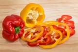 To dzieje się z organizmem, gdy jemy paprykę. Warto włączyć ją do diety, ale niektórzy muszą uważać!