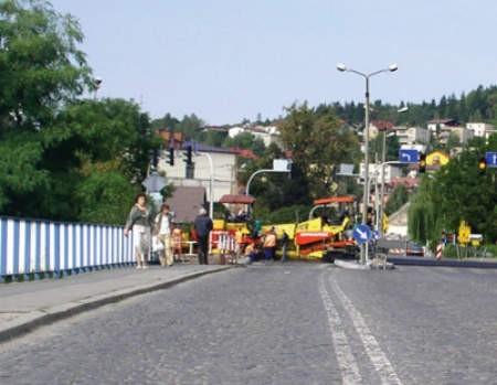 Drogowcy wzięli się za naprawę mostu, ale nikogo o tym nie poinformowali.