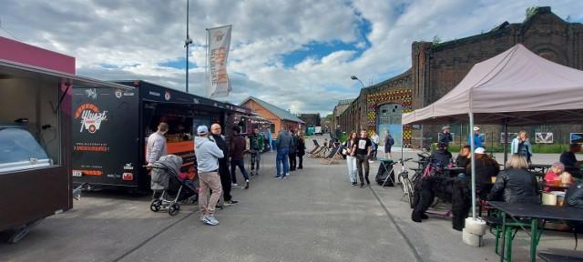 Food Fest w Dąbrowie Górniczej przy Fabryce Pełnej Życia odbywa się w dniach 28-30 maja. Czekają na was food trucki z pysznym jedzonkiem.   Zobacz kolejne zdjęcia. Przesuń zdjęcia w prawo - wciśnij strzałkę lub przycisk NASTĘPNE