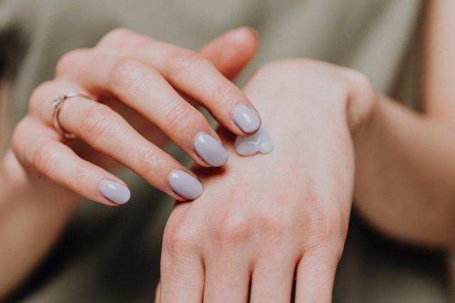 Skóra dłoni jest delikatna, a pod wpływem warunków atmosferycznych oraz detergentów staje się sucha i zniszczona. Codzienna pielęgnacja może temu zapobiec. Oto świetne przepisy na domowe maseczki, kremy, peelingi i kąpiele wodne, które przywrócą gładki i przyjemny wygląd rąk.
