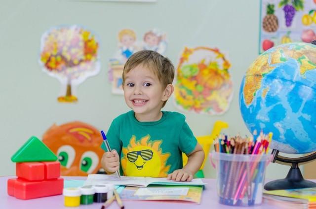 Świadczenie z programu Dobry Start przysługuje w wysokości 300 zł - raz w roku - na dziecko uczące się w szkole, aż do ukończenia przez nie 20. roku życia lub 24 lat w przypadku dzieci z niepełnosprawnością.