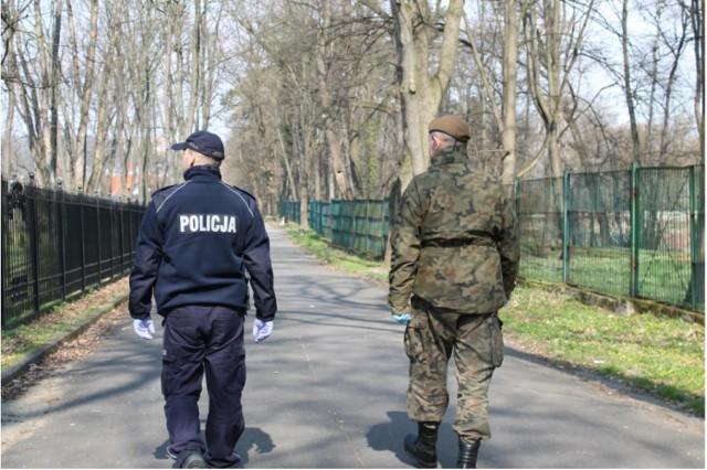 Policjanci wspólnie z żołnierzami sprawdzają, czy mieszkańcy przestrzegają zakazu zgromadzeń i swobodnego przemieszczania się.