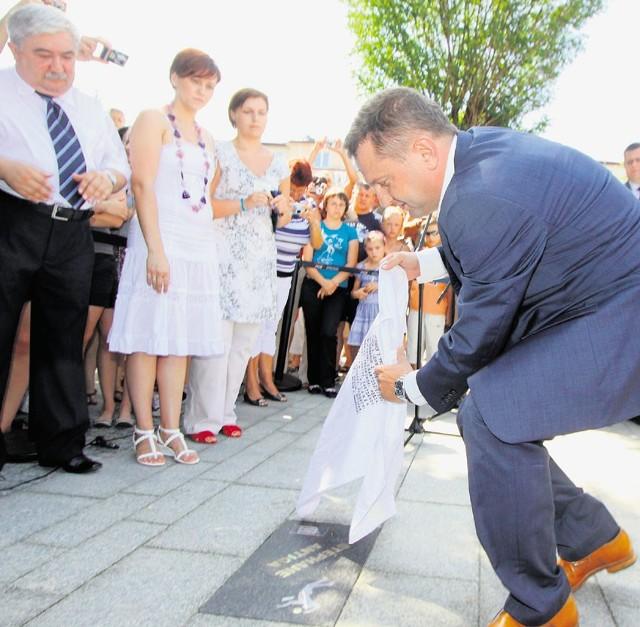 Tablicę Stephane'a Antigi odsłonił prezes Skry Konrad Piechocki