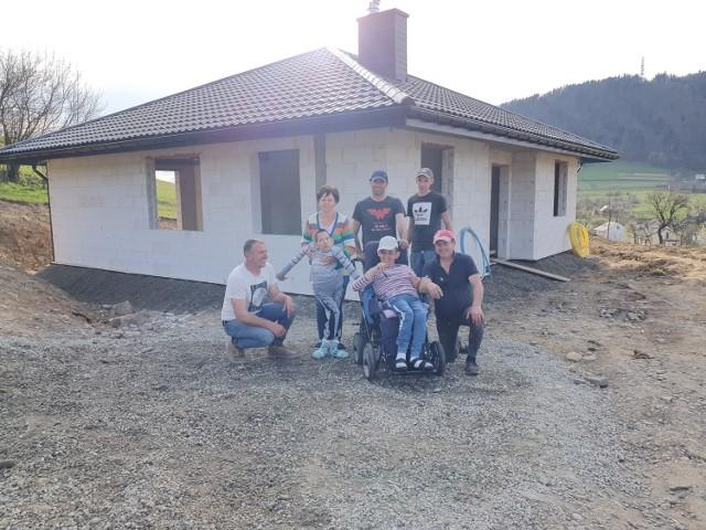 Dom dla Teresy Hajduk i jej synów z porażeniem mózgowym już stoi. To efekt pracy wielu ludzi o wielkich sercach, w tym radnego i sołtysa Stanisława Kuzaka