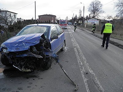 Stanowice, ul. Wyzwolenia Policjanci z Czerwionki - Leszczyn zatrzymali  mężczyznę, który pod wpływem alkoholu doprowadził do wypadku drogowego, znieważył i naruszył nietykalność interweniujących funkcjonariuszy. Na dodatek 34-letni kierowca punto miał czynny zakaz prowadzenia pojazdów. Do czołowego zderzenia punto i mercedesa doszło  w Stanowicach, na ul.Wyzwolenia. Kierowca punto jadąc od zjazdu z A1 w Stanowicach zderzył się czołowo z mercedesem. W wypadku ucierpiał pasażer fiata, który z obrażeniami klatki piersiowej został przewieziony do rybnickiego szpitala. Kiedy w szpitalu okazało się, że będzie musiał zapłacić za leczenie, ponieważ nie był ubezpieczony - oddalił się z  placówki. Kierowca fiata punto 34-letni mieszkaniec Rybnika podczas interwencji policjantów był bardzo agresywny, obrażał i groził funkcjonariuszom. Po przebadaniu na zawartość alkoholu w organizmie okazało się, że ma 2,3 prom. Dodatkowo nie miał prawa jazdy, ponieważ niedawno utracił je za kierowanie samochodem w stanie nietrzeźwości.