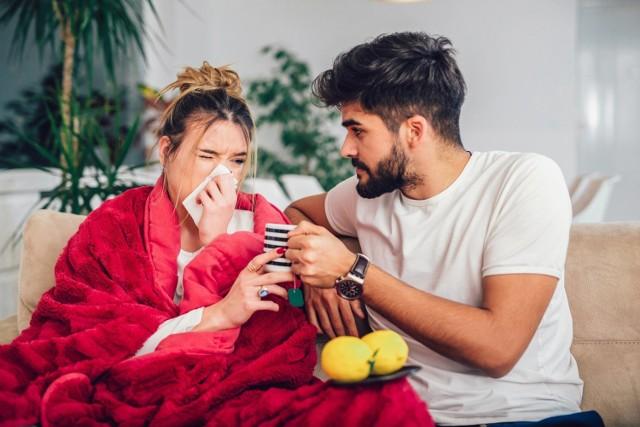 """Zakażenie koronawirusem nie zawsze powoduje gorączkę, suchy kaszel i problemy z oddychaniem. Objawy mogą dotyczyć też innych lokalizacji, występować wybiórczo i w różnych kombinacjach. Wiele z nich odczuwamy nawet codziennie z odmiennych powodów, inne są natomiast kojarzone ze zwykłym przeziębieniem czy grypą. Zwłaszcza u osób starszych i dzieci symptomy zakażenia koronawirusem mogą być też całkiem wyjątkowe.   Dowodzi tego badanie omówione w """"British Medical Journal"""", w którym uwzględniono dane ponad 20 tys. pacjentów.  Niestety, osoby asymptomatyczne zarażają innych, ponieważ w przypadku koronawirusa SARS-CoV-2 czas jego najintensywniejszego namnażania się w organizmie wypada właśnie na okres przed wystąpieniem objawów infekcji.   Sprawdź, które nietypowe objawy mogą wskazywać, że to właśnie COVID-19!   Poznaj kolejne symptomy COVID-19. Przesuwaj zdjęcia w prawo - naciśnij strzałkę lub przycisk NASTĘPNE"""