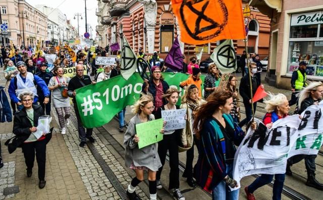 Manifestujący wyruszyli z Placu Wolności, przeszli przez Rondo Jagiellonów, Plac Kościeleckich na Stary Rynek.