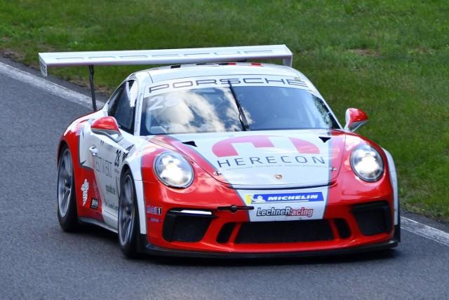 Wyścigi Porsche na torze w Przeźmierowie, w obiektywie aparatu fotograficznego Łukasza Szewczyka