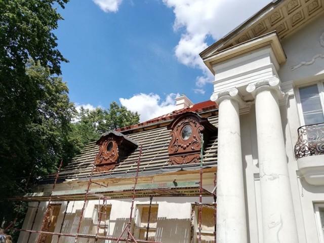 Dwór Mielęckich wraz otaczającym go zespołem parkowym to jedna z opisywanych w przewodnikach atrakcji turystycznych gminy Koźminek.