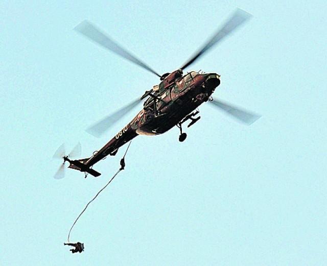 W ubiegłym tygodniu spadochroniarze zrzucani byli ze śmigłowców. Maszyny potrafią zrobić sporo hałasu.