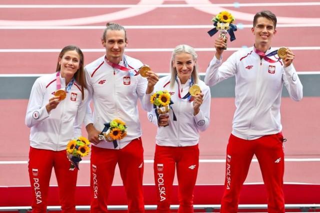 Polska sztafeta odebrała złote medale.Był Mazurek Dąbrowskiego