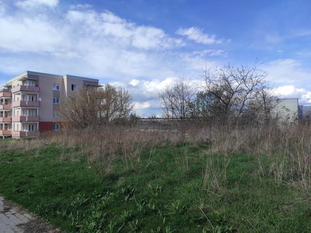 Teren przy ul. Rubinowej. W oddali widać blok komunalny przy ul. Kamiennej, wybudowany w 2017 roku