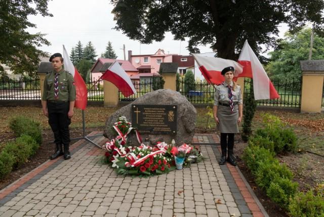 17 września 1939 r., łamiąc polsko-sowiecki pakt o nieagresji, Armia Czerwona wkroczyła na tereny Polski. Ta zbrojna napaść była realizacją postanowień tajnego protokołu paktu Ribbentrop-Mołotow. Na jego mocy Niemcy i Rosjanie podzielili między siebie strefy wpływów w Środkowo-Wschodniej Europie. W ten sposób przypieczętowano podział Polski między dwóch okupantów.  W walkach z rosyjską armią zginęło ok. 2,5 tysiąca polskich żołnierzy. Armia Czerwona wzięła do niewoli 250 tysięcy żołnierzy, w tym ponad 10 tysięcy oficerów, którzy na mocy decyzji sowieckich władz zostali wiosną 1940 roku rozstrzelani przez NKWD m.in. w Katyniu i w Charkowie.