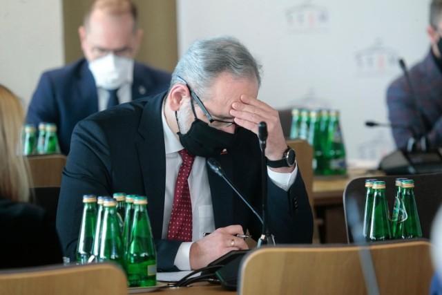 Lockdown w Polsce marzec 2021 - od kiedy? Niestety spełnił się czarny scenariusz, dotyczący trzeciej fali pandemii koronawirusa w Polsce. Zakażeń przybywa w niezwykle szybkim tempie. Dlatego rząd musiał podjąć najbardziej radykalne kroki.  Co zostanie zamknięte i od kiedy? Czytaj najważniejsze informacje na kolejnych stronach ---->