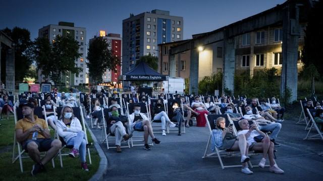 Seanse Letniego Kina Plenerowego odbywają się w Fabryce Pełnej Życia