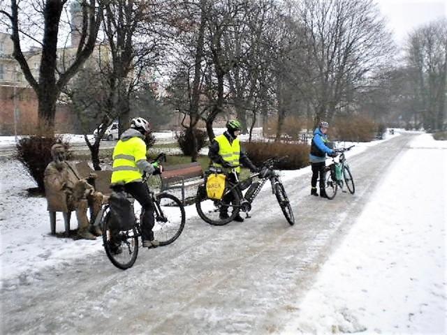 Zahartowana trójka słupskich rowerzystów rusza z parku Waldorffa w śnieżną i zimną dal