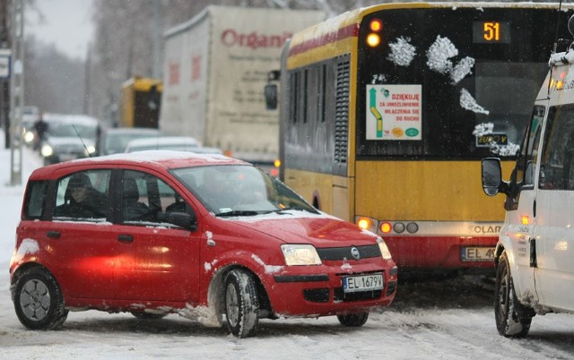 Łódzkie ulice całe zaśnieżone. Pługów wciąż jeździ zbyt mało.