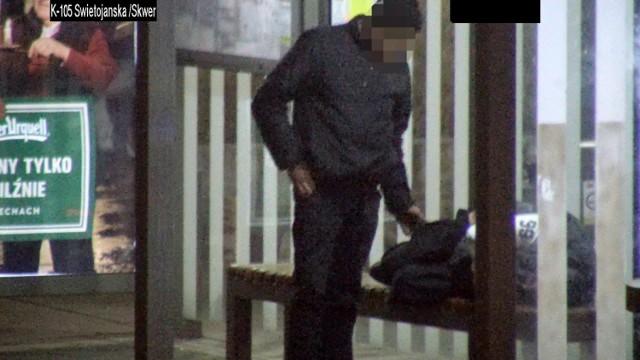 Moment kradzieży, uchwycony przez kamerę monitoringu.