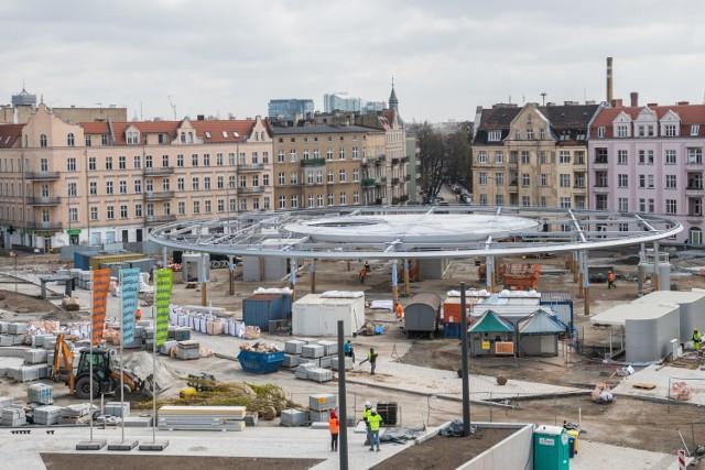 Po zakończeniu inwestycji, która kosztuje ponad 40 mln zł, rynek Łazarski w Poznaniu zmieni radykalnie swój wygląd. Zostaną na nim wydzielone dwie strefy. Jedna handlowa – z targowiskiem pod przezroczystym zadaszeniem oraz druga, która będzie pełnić funkcje rekreacyjną, kulturalną i społeczną. Ta ostatnia stanie się miejscem spotkań i wypoczynku mieszkańców, będą mogły odbywać się tutaj różnego rodzaju wydarzenia plenerowe.