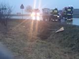 Zabawa. Samochód uderzył w znak drogowy i wylądował w rowie
