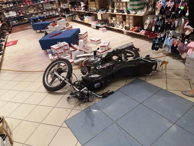 Motocykl wjechał do sklepu obuwniczego przy ul. Toruńskiej w Grudziądzu
