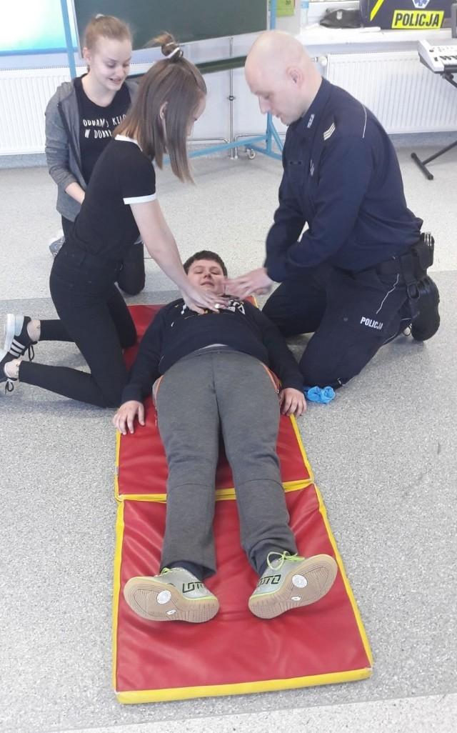Policjanci z Radomska uczyli udzielania pierwszej pomocy