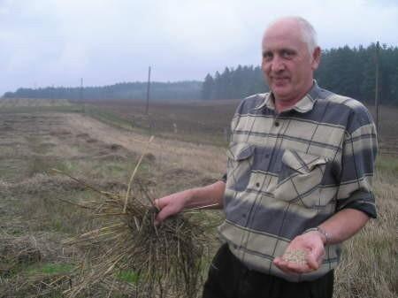 Józef Niklas z Kleszczyńca zebrał ziarno ale słomę musiał już zostawić na polu.