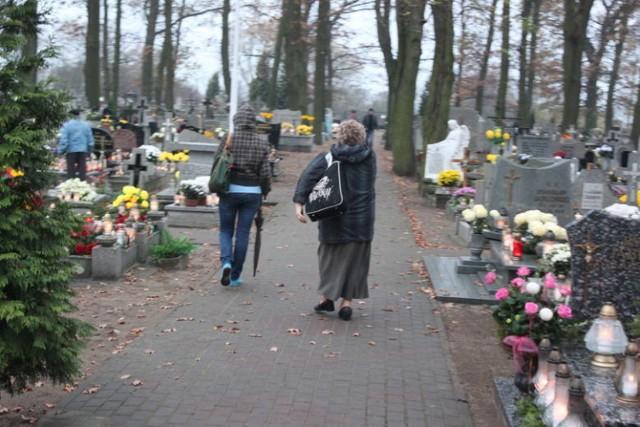 W tym roku, w trosce o zdrowie i bezpieczeństwo wiernych, nie będzie mszy świętej na cmentarzu.