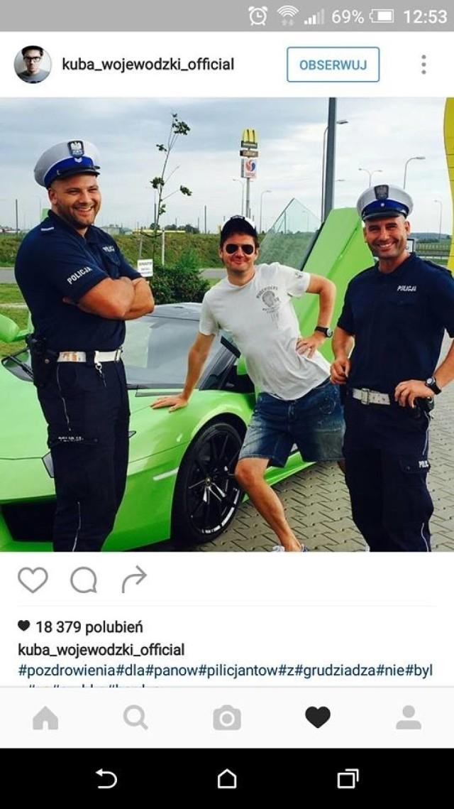Celebryta sfotografował się z policjantami na tle swojego luksusowego lamborghini