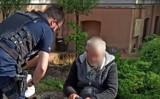 Policjanci pomagają osobie bezdomnej. Tym razem 60-latkowi z Wełnicy