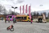 Kraków. Przed Tauron Areną zaparkowały pierwsze foodtrucki [ZDJĘCIA]