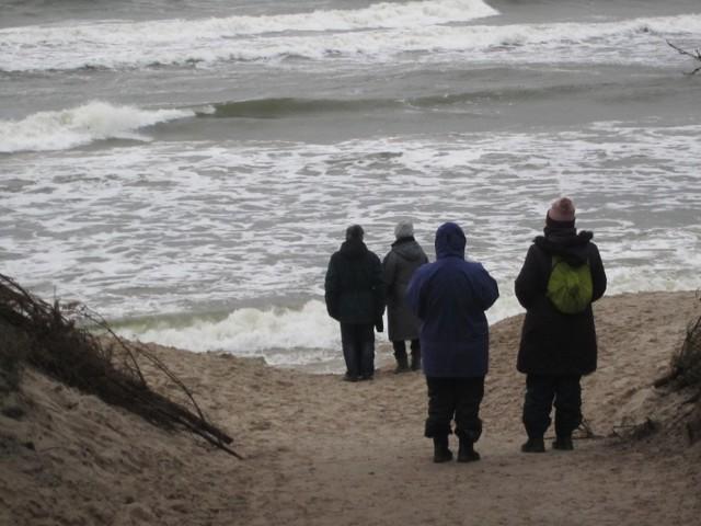 Pogoda nadal nie rozpieszcza. Silne wiatry powodują szkody, a Bałtyk podmywa okoliczne plaże. Efekty działań sił natury widać m.in. w Ustce i Orzechowie.