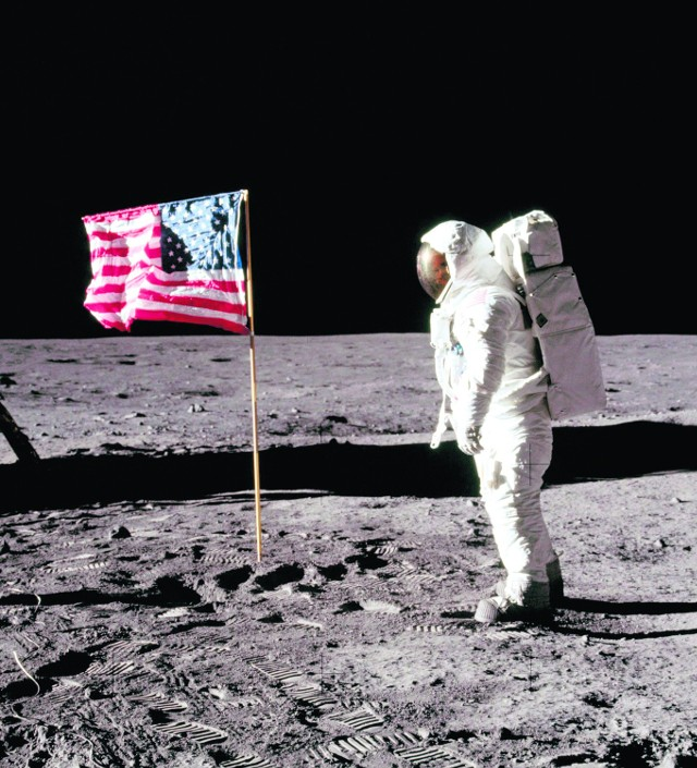 Widzieliśmy to w telewizji. Amerykanie przespacerowali się po Srebrnym Globie, zostawili na nim flagę i pamiątkową tablicę. Był rok 1969