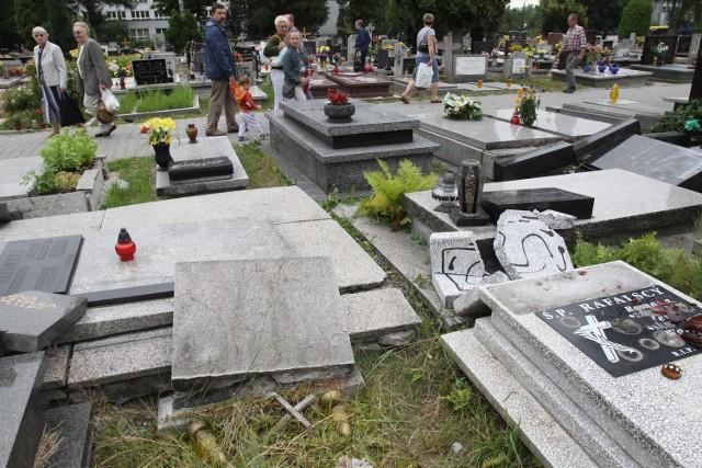 Dewastacja cmentarza w Katowicach przy ul. Sienkiewicza