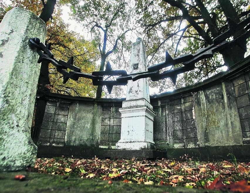 Pomnik stoi na rozwidleniu ulic Trzmielowickiej i Rubczaka