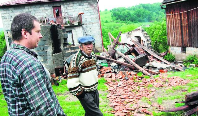 Adam Skorut z ojcem Andrzejem pokazują niszczycielską siłę pobliskiego osuwiska