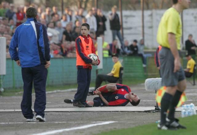 Marcin Bojarski tak ambitnie walczył o piłkę, że złamał kość strzałkową prawej nogi