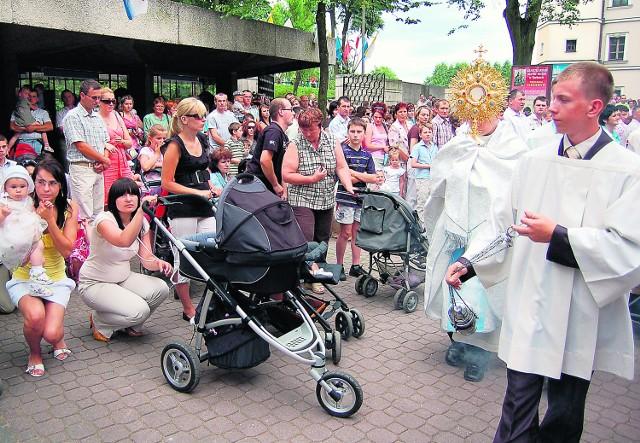 Ksiądz z monstrancją przeszedł przez plac pełen dzieci