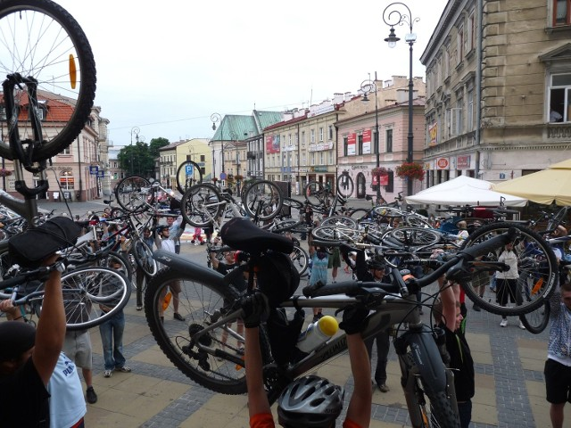 """Lubelscy rowerzyści zakończyli """"Masę krytyczną"""" pod ratuszem około godz. 20"""