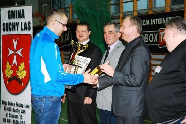 Puchar za zajęcie czwartego miejsca w Turnieju Firm odbiera przedstawiciel ekipy Pomax Oborniki