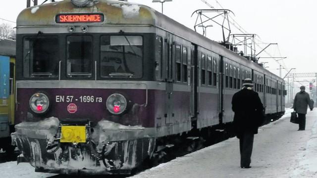 Pociągi będą jechały dłużej, bo remontuje się tory, by pociągi jeździły krócej.