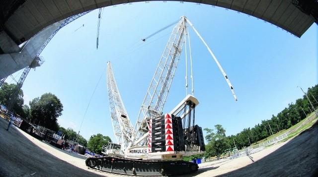 Herkules to największy dźwig w Polsce. Może sięgnąć nawet na 160 metrów. Teraz ma dokładnie 102 metry